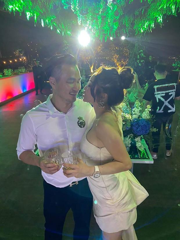 Chi Bảo hôn say đắm bạn gái kém 16 tuổi trong tiệc sinh nhật sang chảnh, phản ứng của Trương Ngọc Ánh đặc biệt hơn-6