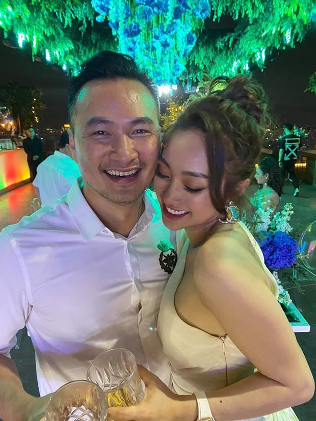 Chi Bảo hôn say đắm bạn gái kém 16 tuổi trong tiệc sinh nhật sang chảnh, phản ứng của Trương Ngọc Ánh đặc biệt hơn-7
