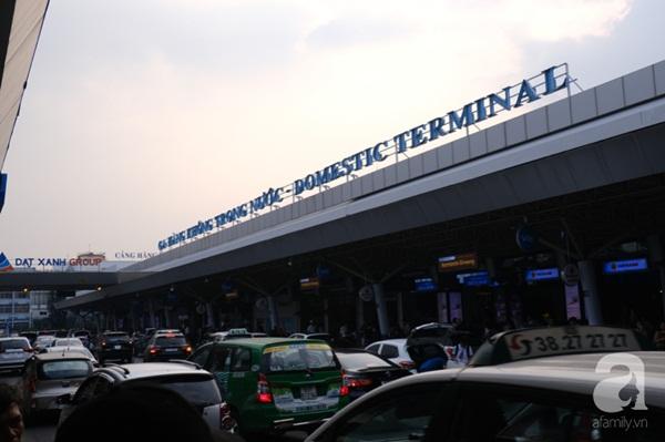 Sân bay Tân Sơn Nhất đông khủng khiếp, trẻ con vật vờ, sốt li bì theo cha mẹ về quê-1