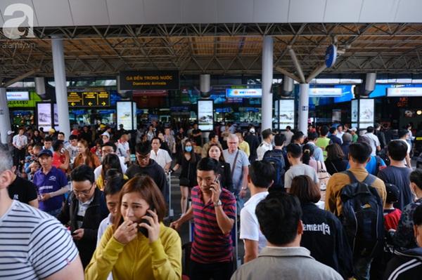 Sân bay Tân Sơn Nhất đông khủng khiếp, trẻ con vật vờ, sốt li bì theo cha mẹ về quê-2