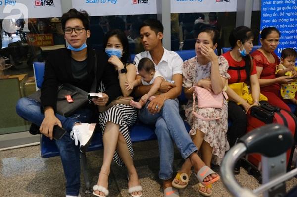 Sân bay Tân Sơn Nhất đông khủng khiếp, trẻ con vật vờ, sốt li bì theo cha mẹ về quê-3