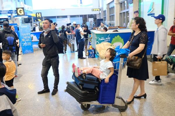 Sân bay Tân Sơn Nhất đông khủng khiếp, trẻ con vật vờ, sốt li bì theo cha mẹ về quê-4