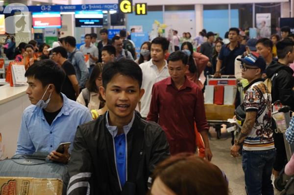 Sân bay Tân Sơn Nhất đông khủng khiếp, trẻ con vật vờ, sốt li bì theo cha mẹ về quê-11