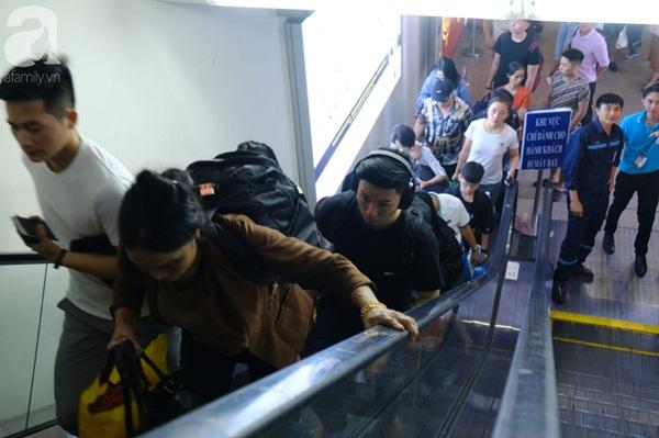 Sân bay Tân Sơn Nhất đông khủng khiếp, trẻ con vật vờ, sốt li bì theo cha mẹ về quê-12