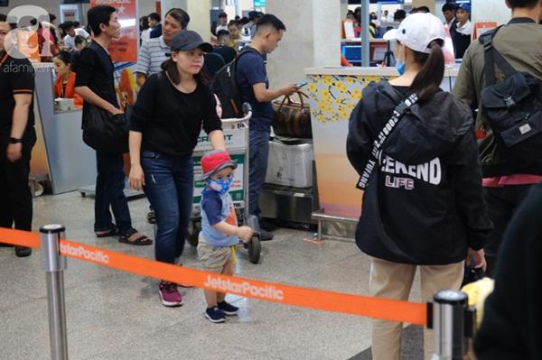 Sân bay Tân Sơn Nhất đông khủng khiếp, trẻ con vật vờ, sốt li bì theo cha mẹ về quê-5