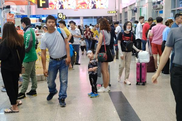 Sân bay Tân Sơn Nhất đông khủng khiếp, trẻ con vật vờ, sốt li bì theo cha mẹ về quê-6