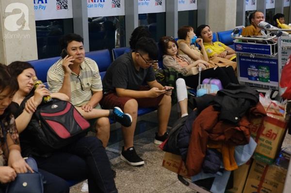 Sân bay Tân Sơn Nhất đông khủng khiếp, trẻ con vật vờ, sốt li bì theo cha mẹ về quê-9