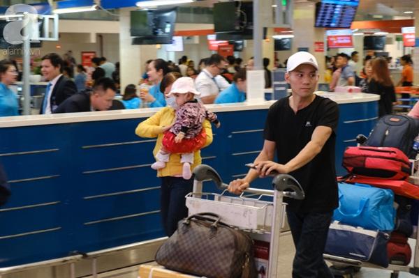 Sân bay Tân Sơn Nhất đông khủng khiếp, trẻ con vật vờ, sốt li bì theo cha mẹ về quê-13