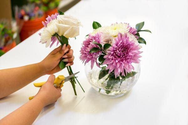 Đổ 1/4 lon nước ngọt vào lọ hoa, chơi 10 ngày hoa không thối, không hỏng-4