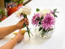 Đổ 1/4 lon nước ngọt vào lọ hoa, chơi 10 ngày hoa không thối, không hỏng