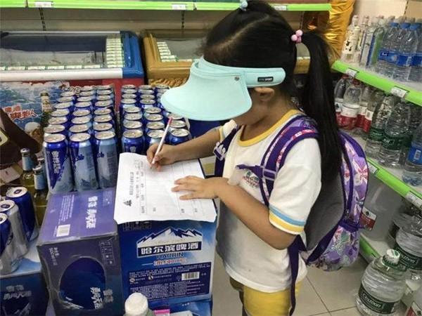 Đi sắm Tết với mẹ, bé 5 tuổi thản nhiên lấy chai nước trong siêu thị uống, người mẹ đã có cách hành xử khéo léo khi bị nhân viên phát hiện-3