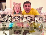 Cô bé mắc bệnh bại não kiếm 400 tỷ/năm nhờ YouTube: Làm liền 7 kênh hơn 100 triệu sub, có video suýt đạt tỷ view