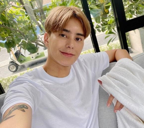 Hoa hậu chuyển giới Thái Lan phẫu thuật thẩm mỹ để trở lại làm nam giới dù bạn đời khó chấp nhận-10