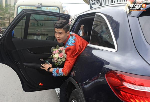 Xe ôtô tiền tỷ của Duy Mạnh và Quỳnh Anh va quệt với xe máy trên cầu vượt ở Hà Nội-3