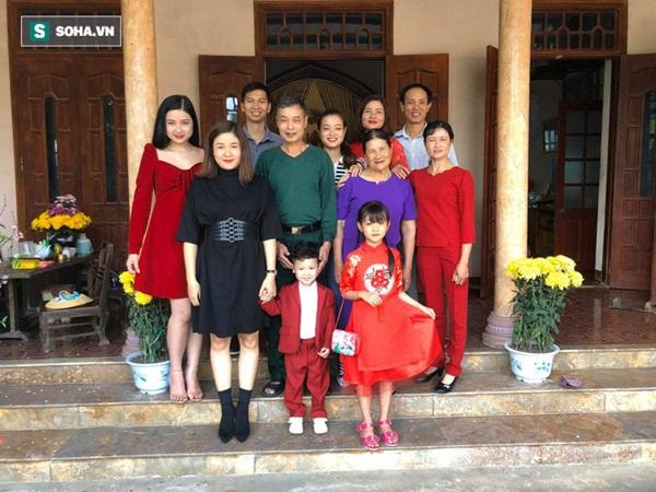 Sự thật đằng sau bức ảnh 4 chị em mặc áo hoa của mẹ đón Tết, 2 cô trẻ nhất bị rao bán vì quá ế!-3