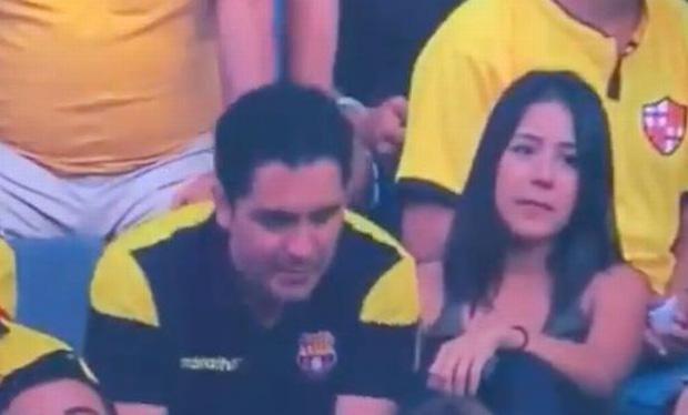 Góc đen đủi: Bị camera quay được cảnh hôn gái lạ trên khán đài, fan bóng đá bị vợ đá tức khắc vì tội cắm sừng-2