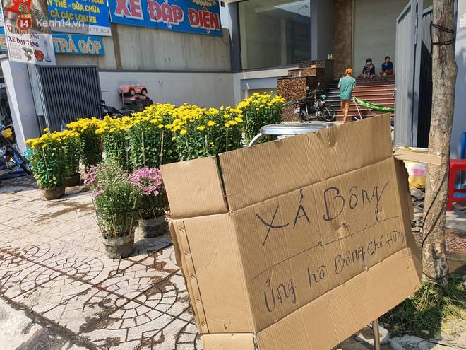 Chồng đột quỵ rồi mất trong lúc bán hoa Tết ở Sài Gòn, vợ cùng các con vội về đưa tang với hơn 2 tấn dưa còn nằm lại vỉa hè-2