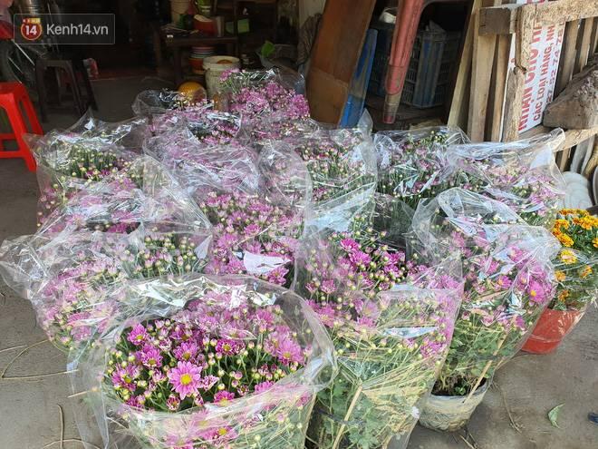 Chồng đột quỵ rồi mất trong lúc bán hoa Tết ở Sài Gòn, vợ cùng các con vội về đưa tang với hơn 2 tấn dưa còn nằm lại vỉa hè-5