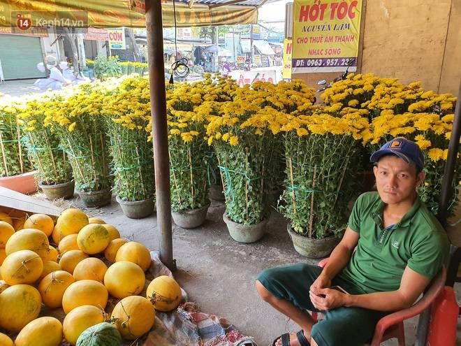 Chồng đột quỵ rồi mất trong lúc bán hoa Tết ở Sài Gòn, vợ cùng các con vội về đưa tang với hơn 2 tấn dưa còn nằm lại vỉa hè-8