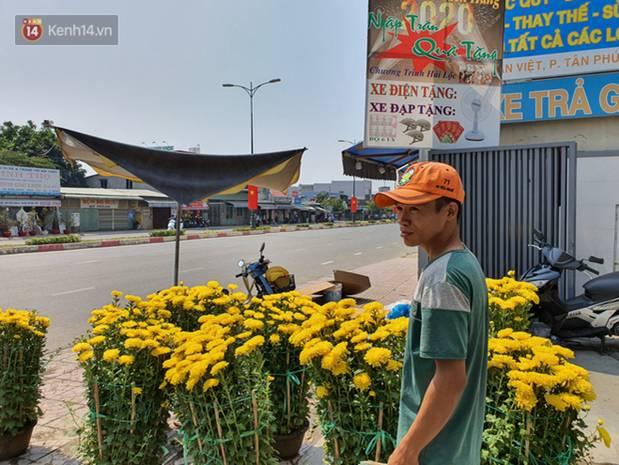 Chồng đột quỵ rồi mất trong lúc bán hoa Tết ở Sài Gòn, vợ cùng các con vội về đưa tang với hơn 2 tấn dưa còn nằm lại vỉa hè-9