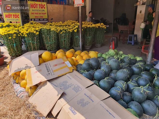 Chồng đột quỵ rồi mất trong lúc bán hoa Tết ở Sài Gòn, vợ cùng các con vội về đưa tang với hơn 2 tấn dưa còn nằm lại vỉa hè-11