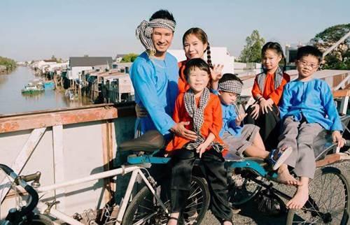 Gia đình Lý Hải Minh Hà diện áo bà ba về quê ăn Tết, bà con ai cũng trầm trồ-1