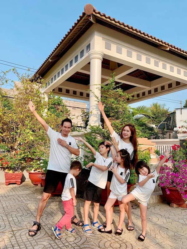 Gia đình Lý Hải Minh Hà diện áo bà ba về quê ăn Tết, bà con ai cũng trầm trồ-4
