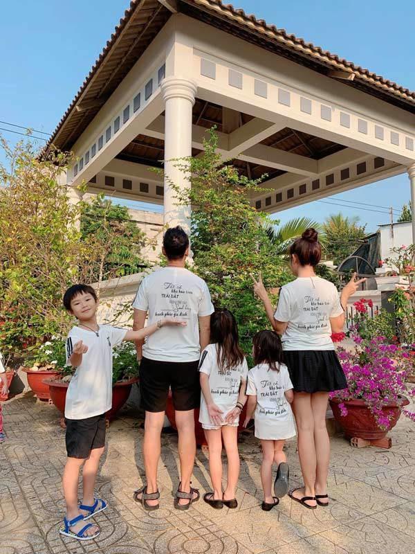 Gia đình Lý Hải Minh Hà diện áo bà ba về quê ăn Tết, bà con ai cũng trầm trồ-7