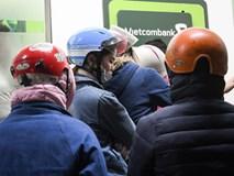 Xếp hàng từ tờ mờ sáng rút tiền ATM về quê ăn Tết