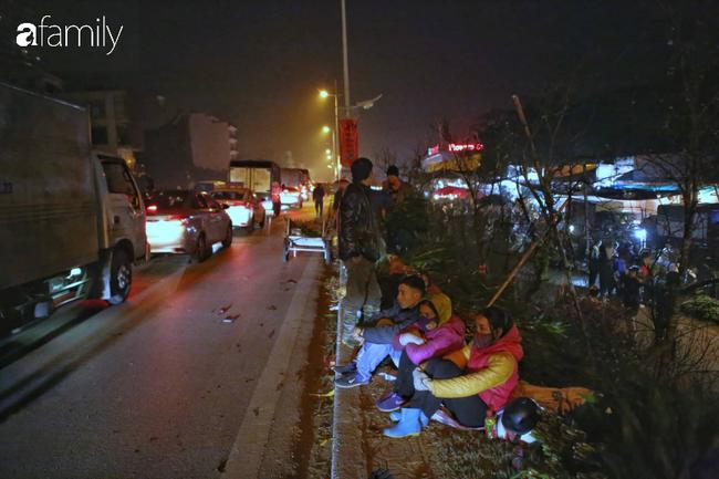 Rạng sáng 28 Tết: Chợ hoa Quảng An đông nghẹt thở, người dân cùng thương lái tất bật thâu đêm-1