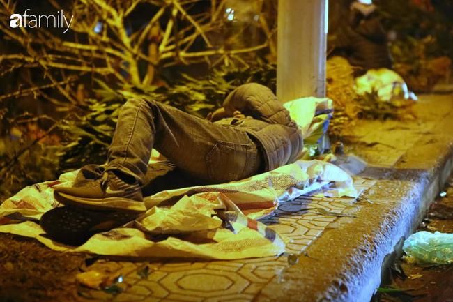 Rạng sáng 28 Tết: Chợ hoa Quảng An đông nghẹt thở, người dân cùng thương lái tất bật thâu đêm-2