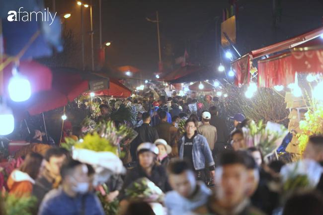 Rạng sáng 28 Tết: Chợ hoa Quảng An đông nghẹt thở, người dân cùng thương lái tất bật thâu đêm-3
