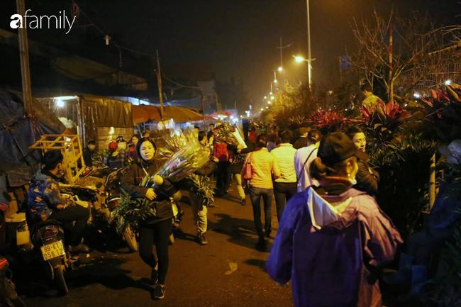 Rạng sáng 28 Tết: Chợ hoa Quảng An đông nghẹt thở, người dân cùng thương lái tất bật thâu đêm-10