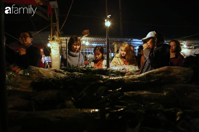 Rạng sáng 28 Tết: Chợ hoa Quảng An đông nghẹt thở, người dân cùng thương lái tất bật thâu đêm-12