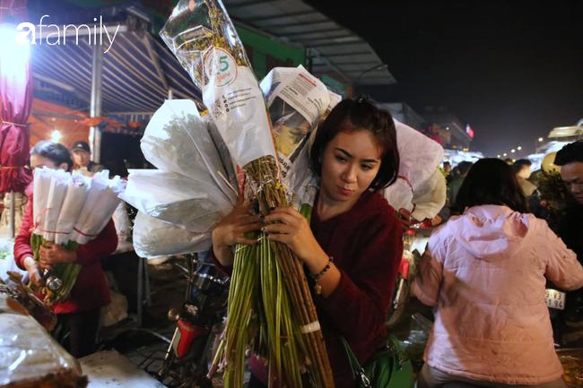 Rạng sáng 28 Tết: Chợ hoa Quảng An đông nghẹt thở, người dân cùng thương lái tất bật thâu đêm-13