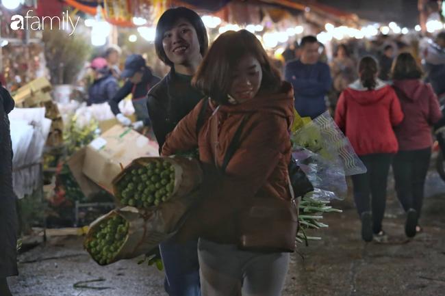 Rạng sáng 28 Tết: Chợ hoa Quảng An đông nghẹt thở, người dân cùng thương lái tất bật thâu đêm-14
