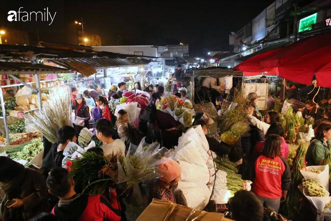 Rạng sáng 28 Tết: Chợ hoa Quảng An đông nghẹt thở, người dân cùng thương lái tất bật thâu đêm-4