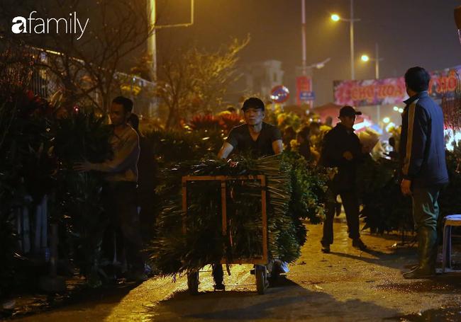 Rạng sáng 28 Tết: Chợ hoa Quảng An đông nghẹt thở, người dân cùng thương lái tất bật thâu đêm-5