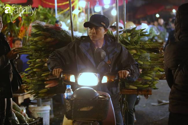 Rạng sáng 28 Tết: Chợ hoa Quảng An đông nghẹt thở, người dân cùng thương lái tất bật thâu đêm-6