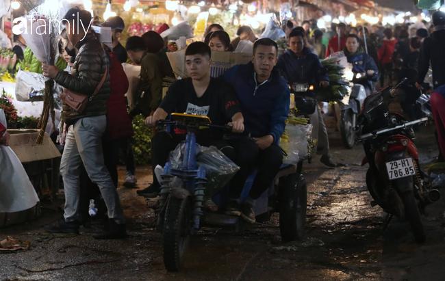 Rạng sáng 28 Tết: Chợ hoa Quảng An đông nghẹt thở, người dân cùng thương lái tất bật thâu đêm-7