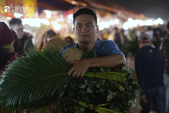 Rạng sáng 28 Tết: Chợ hoa Quảng An đông nghẹt thở, người dân cùng thương lái tất bật thâu đêm-8