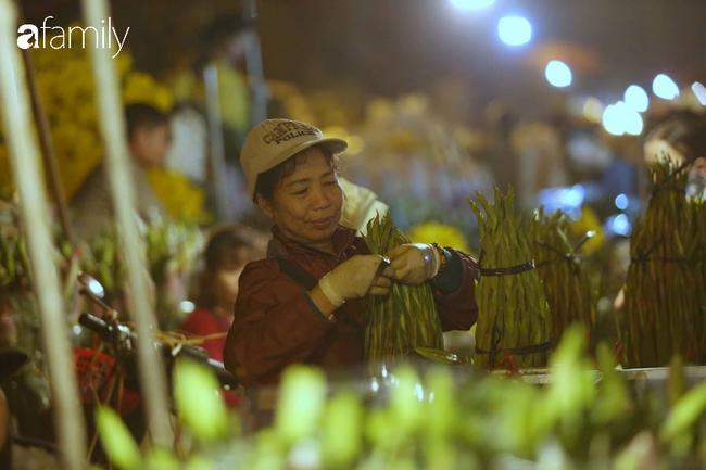 Rạng sáng 28 Tết: Chợ hoa Quảng An đông nghẹt thở, người dân cùng thương lái tất bật thâu đêm-9