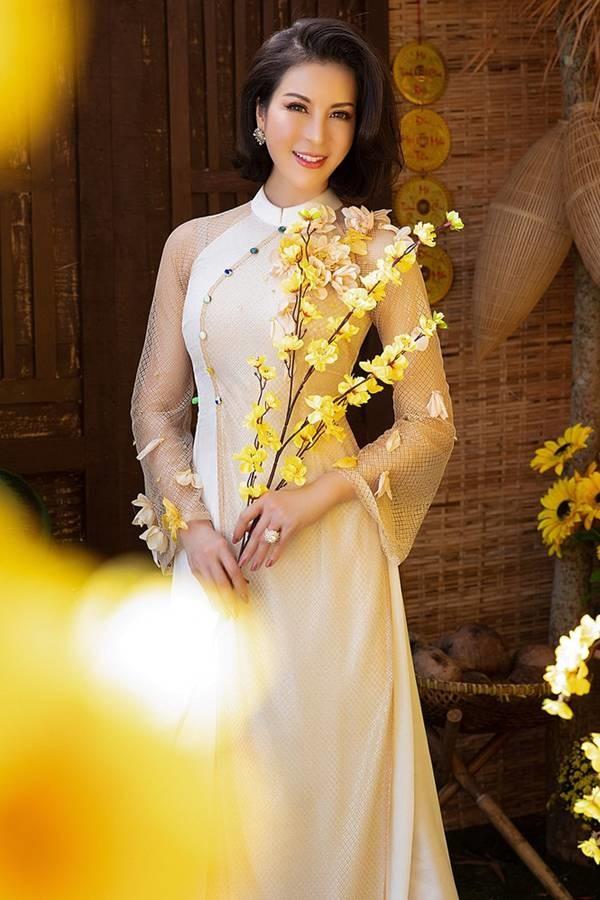 MC Thanh Mai diện áo dài Tết rực rỡ, trẻ đẹp không tì vết ở tuổi 46-3