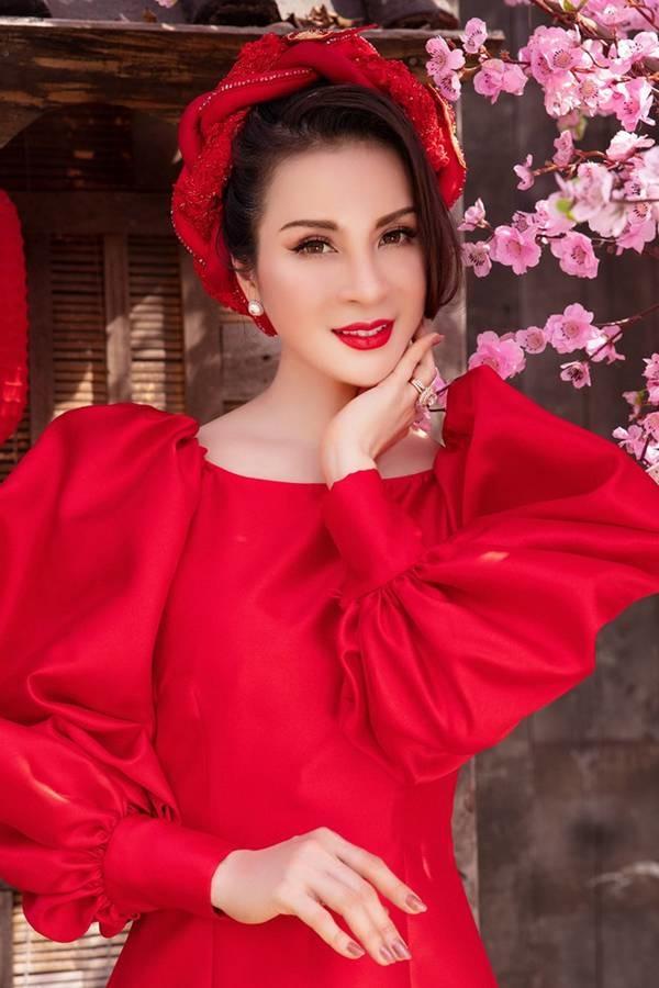 MC Thanh Mai diện áo dài Tết rực rỡ, trẻ đẹp không tì vết ở tuổi 46-7