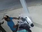 Nam tài xế trộm mũ bảo hiểm để đội cho bạn gái-1