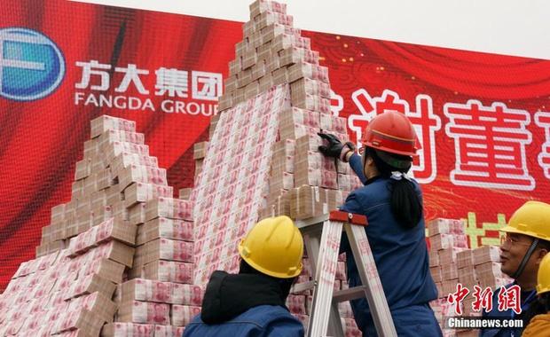 Muôn kiểu thưởng Tết độc lạ của các công ty Trung Quốc: Núi tiền 990 tỷ, vàng miếng, cần tây và cả... quan tài!-3