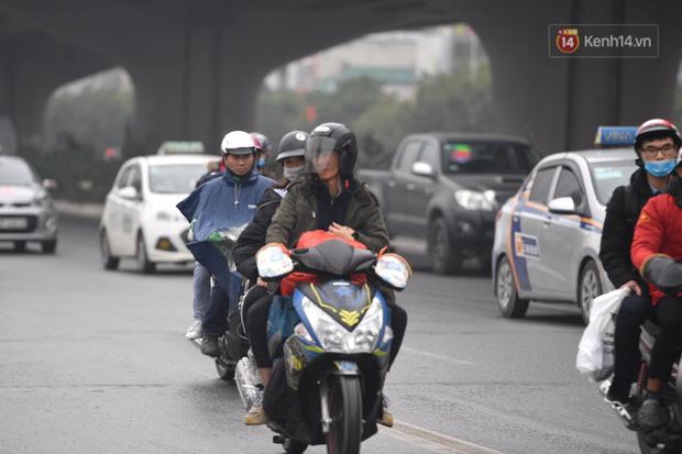 Trẻ nhỏ trùm chăn, khoác áo mưa chật vật theo chân bố mẹ rời Thủ đô về quê ăn Tết-2