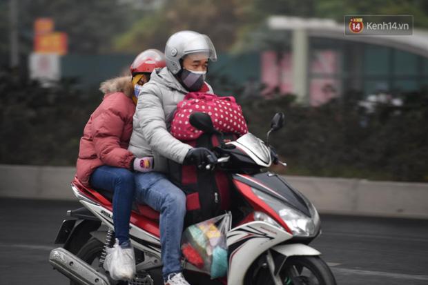 Trẻ nhỏ trùm chăn, khoác áo mưa chật vật theo chân bố mẹ rời Thủ đô về quê ăn Tết-3