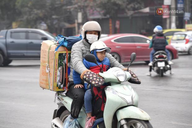 Trẻ nhỏ trùm chăn, khoác áo mưa chật vật theo chân bố mẹ rời Thủ đô về quê ăn Tết-10