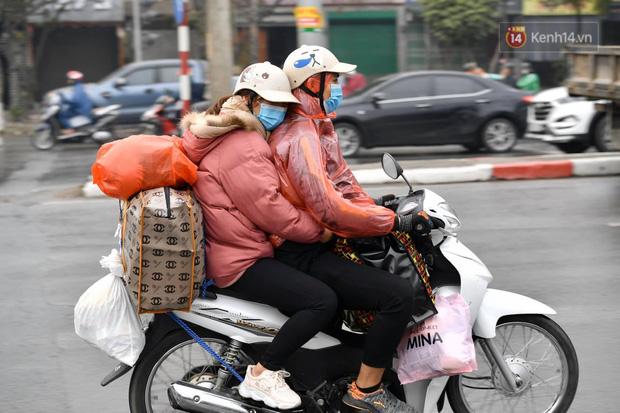 Trẻ nhỏ trùm chăn, khoác áo mưa chật vật theo chân bố mẹ rời Thủ đô về quê ăn Tết-11